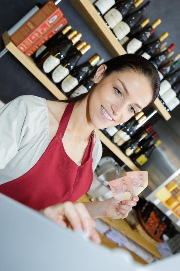 Płacić pieniądze pracownik z gotówką zdjęcie stock
