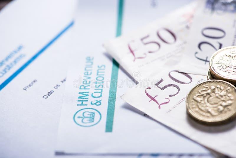 Płacić podatki w UK, notatkach i szterling monetach, obraz royalty free