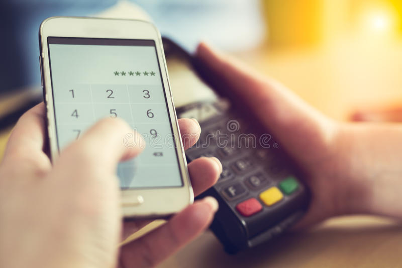 Płacić przez smartphone używać NFC technologię zdjęcia royalty free