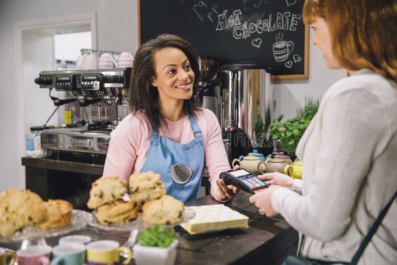 Płacić Przy kawiarnią obrazy royalty free