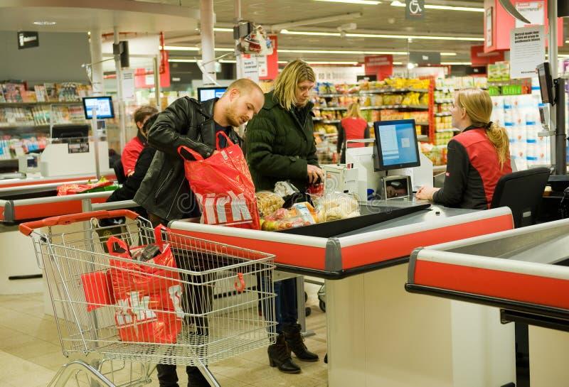 Płacić w supermarkecie obraz stock