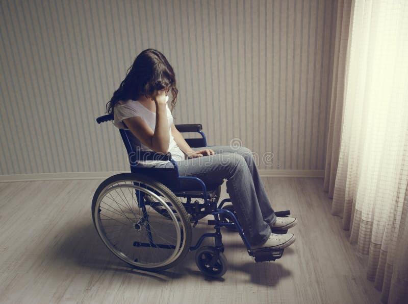 Płacz kobiety obsiadanie w wózku inwalidzkim obrazy royalty free