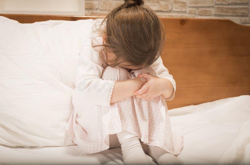 Płacz mała dziewczynka zdjęcie royalty free