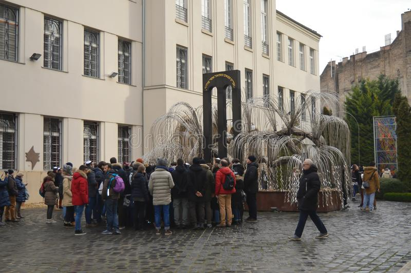Płacze wierzbowy drzewo w podwórzowym pomniku Węgierscy Żydowscy męczennicy cent fotografia royalty free