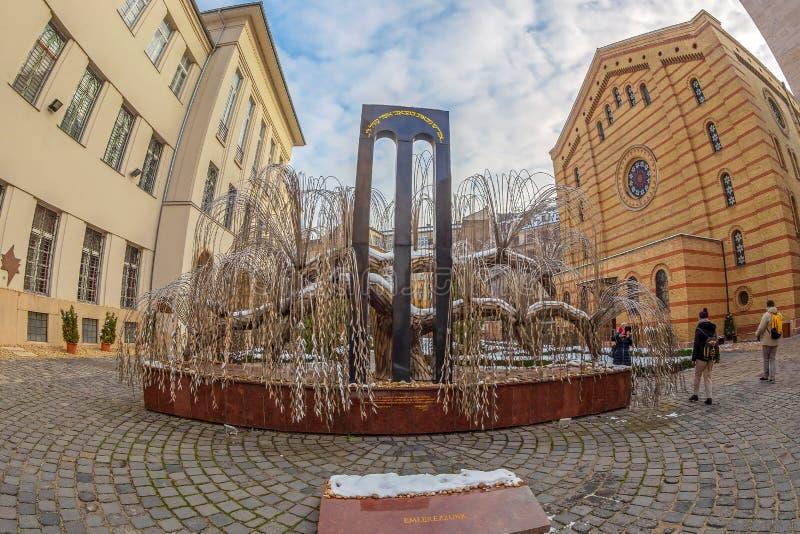 Płacze wierzbowy drzewo w podwórzu Środkowa synagoga w Budapest, Węgry obraz royalty free
