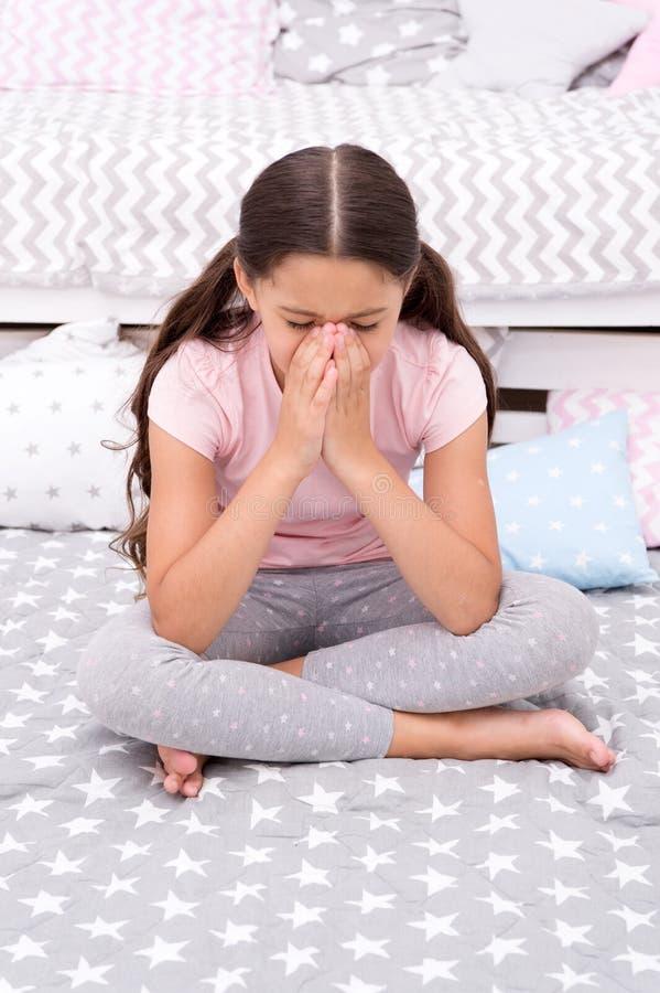 Płaczu pojęcie dziecko płacz Nieszczęśliwy dziewczyna płacz w łóżku No mógł pomagać płakać obraz royalty free