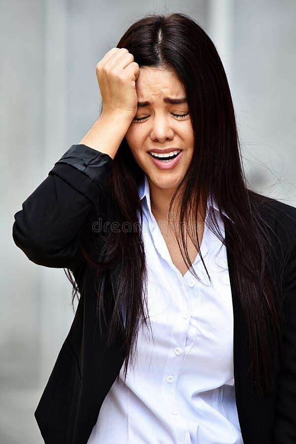 Płakać Atrakcyjnej Biznesowej kobiety Jest ubranym kostium fotografia stock