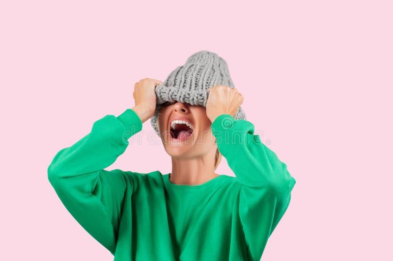 Płakać emocjonalnej gniewnej kobiety jest ciągnąć wełna kapelusz nad ona oczy zdjęcia royalty free