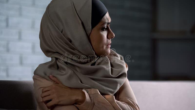Płakać muzułmańskiego żeńskiego mienia bolesną rękę, cierpienie od mąż przemocy zdjęcia royalty free