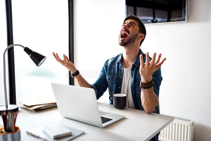 Płakać zmęczonego biznesmena w biurze fotografia royalty free