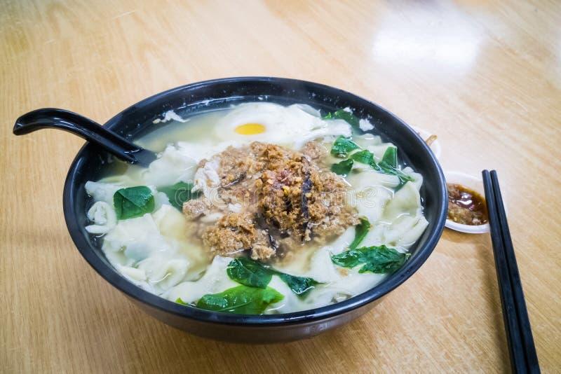 Płaska mąka kluski polewka Mee lub niecka, Malezja chińczyka kuchnia zdjęcia stock
