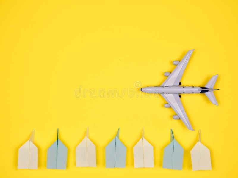 Płaska zabawka wzdłuż papierowych samolotów zdjęcia royalty free