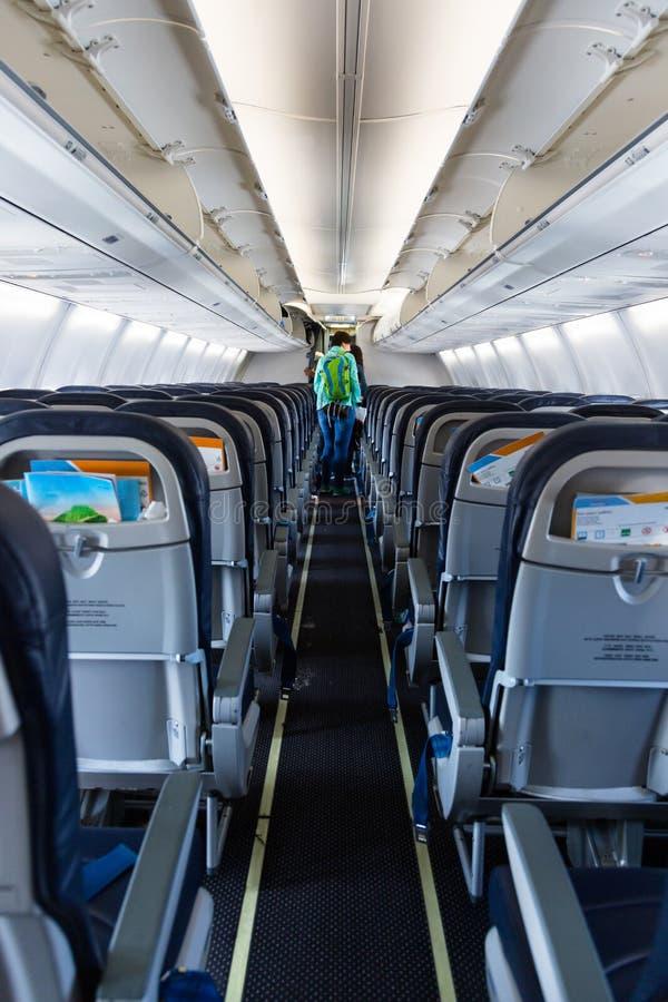 Płaski abordaż, młoda dorosła kobieta opuszcza samolot obrazy royalty free