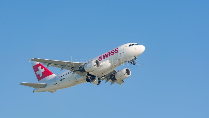 Płaski Aerobus A319 bierze daleko Swiss International Air Lines obrazy stock