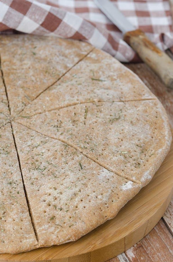 Płaski chleb zrobił ââfrom żyta mące z koperem, selekcyjna ostrość zdjęcie stock