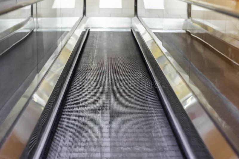 Płaski eskalator w centrum handlowym obraz stock