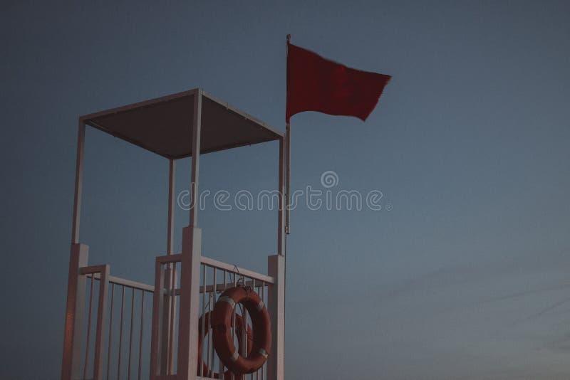 Płaski lądowanie nad plażą z ratownik stacji budka, urlopowy czas zdjęcia stock