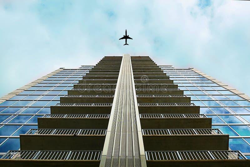 Płaski latanie nad budynkiem zdjęcie stock