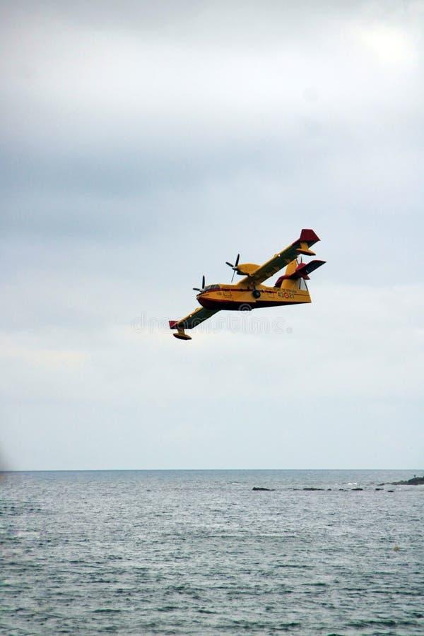 Płaski latanie podczas wojsko samolotu przedstawienia zdjęcia royalty free