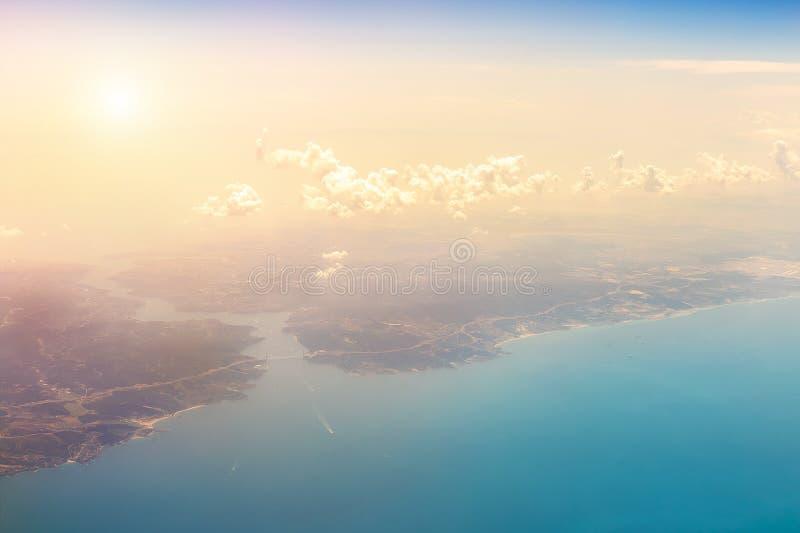 Płaski widok z lotu ptaka Bosphorus cieśnina i Yavuz sułtanu Selim most w Istanbut Turcja Scenicznego dramatycznego zmierzchu chm zdjęcie stock