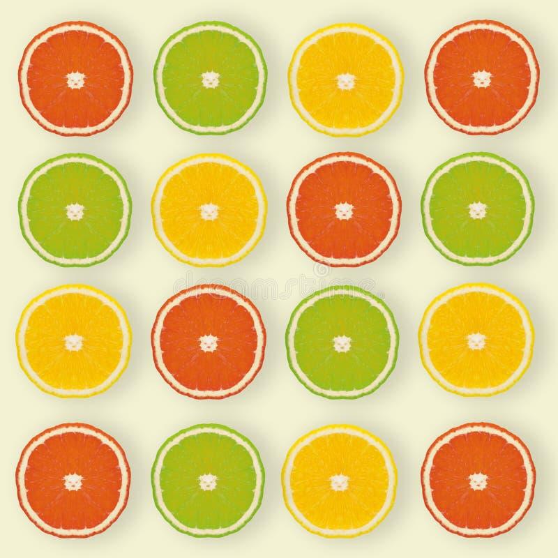 Płaski wzór robić plasterki cytryna, wapno na żółtym backgro obrazy stock