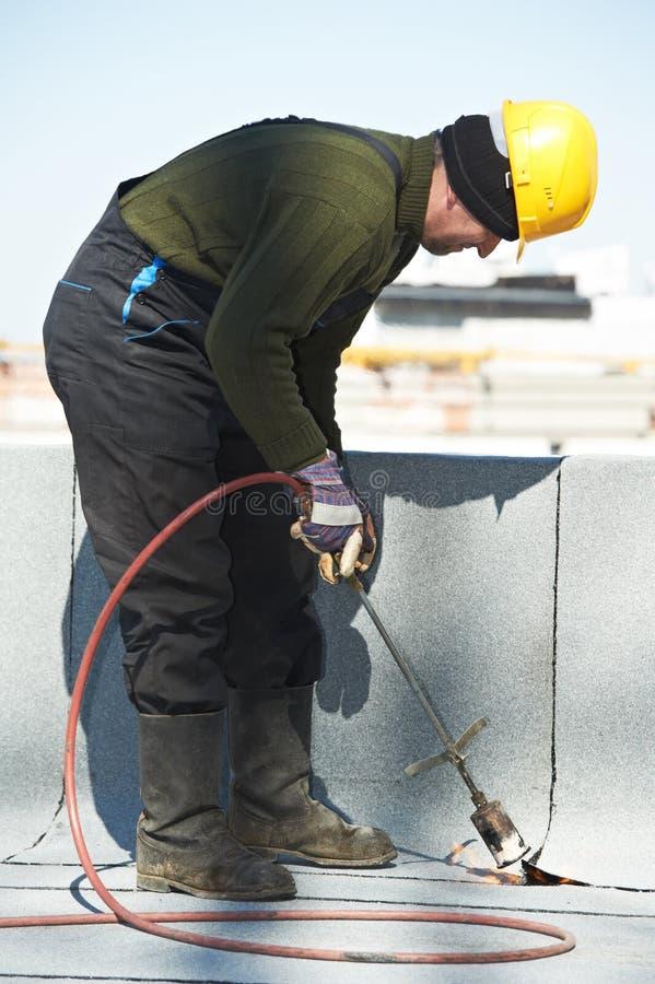 Download Płaskie Dachowego Nakrycia Pracy Z Dekarstwem Czującym Obraz Stock - Obraz złożonej z odnowienie, elastyczny: 28952229