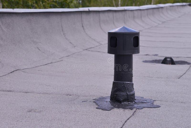 Płaskiego dachu wentylacja, waterproofing mrówki ochrona Przewietrznik na dekarstwie czującym Zbliżenie szczegółu krótkopęd fotografia stock