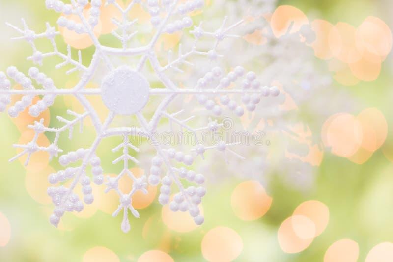 Płatek śniegu Nad Abstrakcjonistycznym zieleni i złota tłem obraz stock