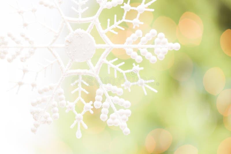 Płatek śniegu Nad Abstrakcjonistycznym zieleni i złota tłem fotografia stock