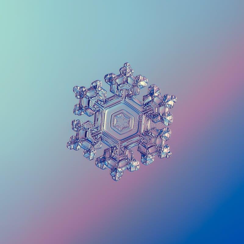 Płatek śniegu połyskuje na błękitnym gradientowym tle royalty ilustracja