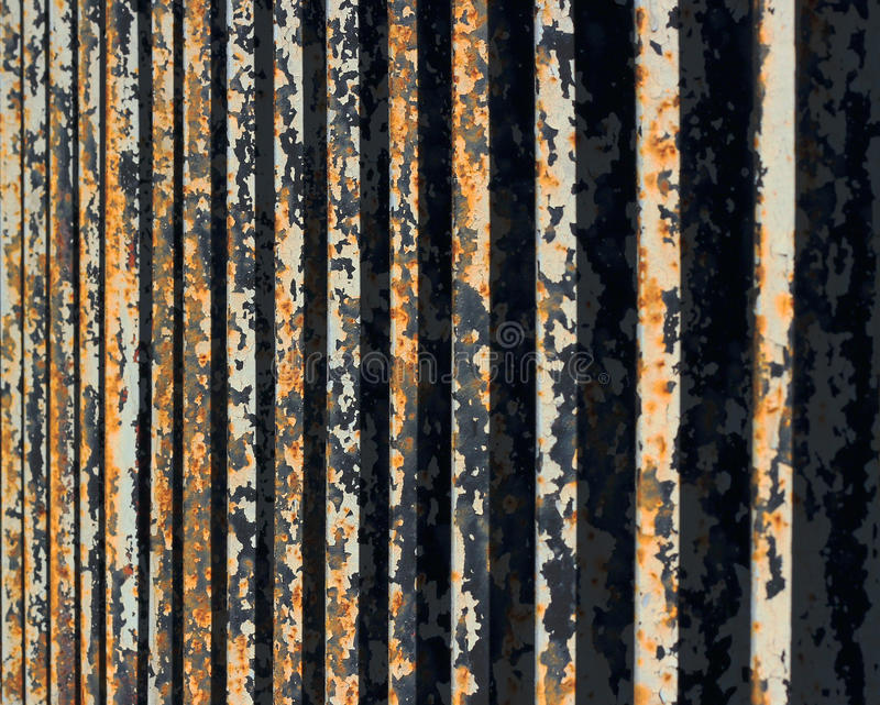 Płatkowanie farba na ośniedziałym metalu ogrodzeniu, perspektywiczny widok fotografia stock