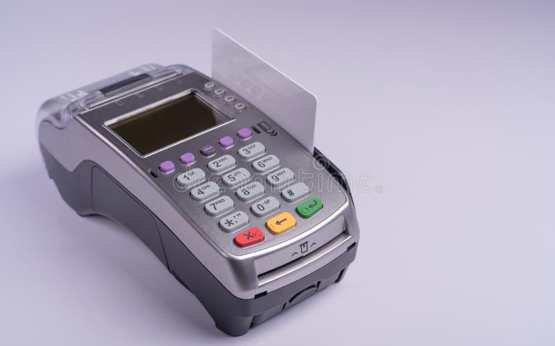 Płatniczy terminal z białej etykietki kredytową kartą fotografia stock