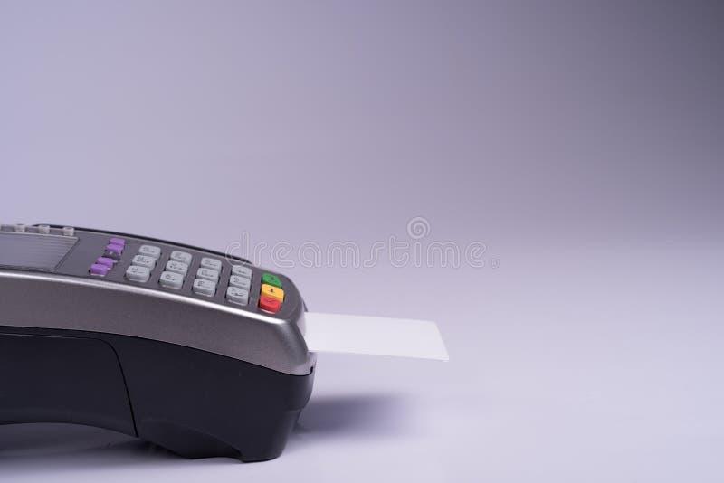 Płatniczy terminal z białej etykietki kredytową kartą zdjęcie royalty free