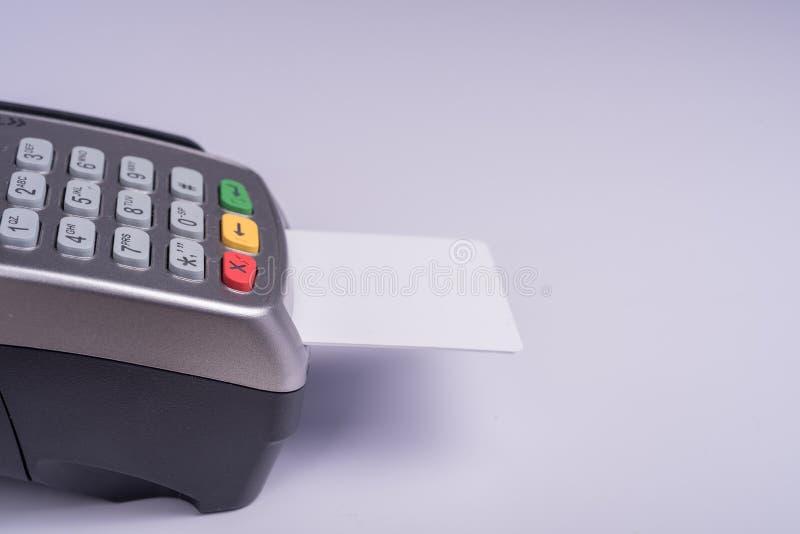 Płatniczy terminal z białej etykietki kredytową kartą zdjęcia stock