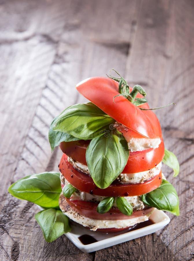 Płatowaci plasterki pomidor i mozzarella zdjęcia royalty free