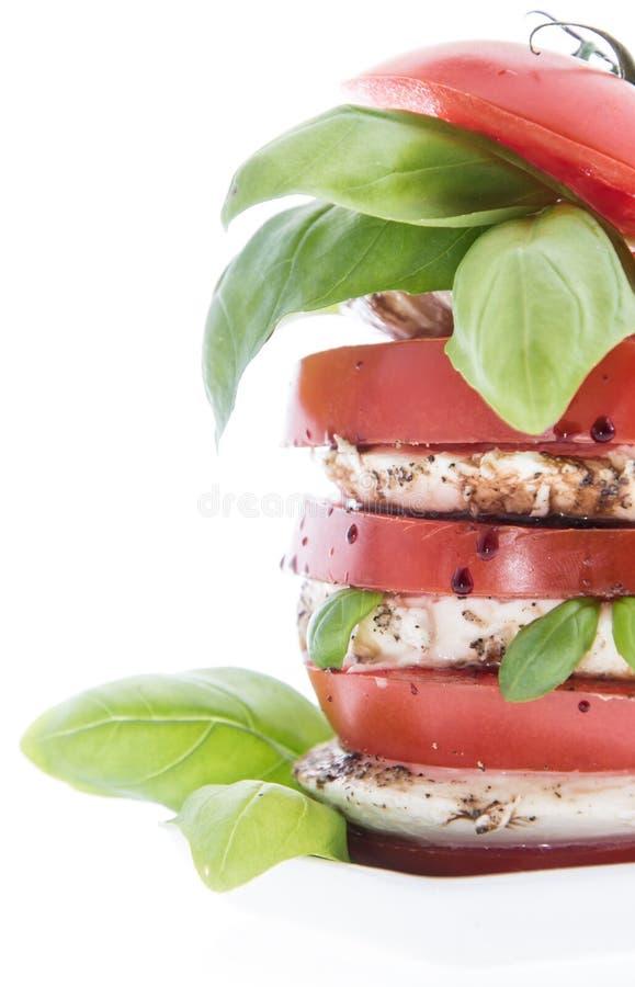 Płatowaci plasterki Pomidor i Mozzarella na biel fotografia royalty free