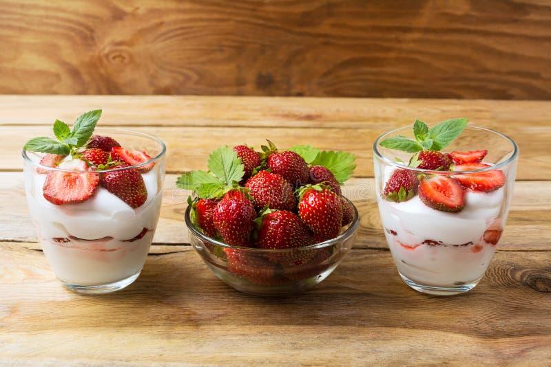 Płatowaty dieta deser z jogurtu, truskawkowych i dojrzałych jagodami, obrazy royalty free