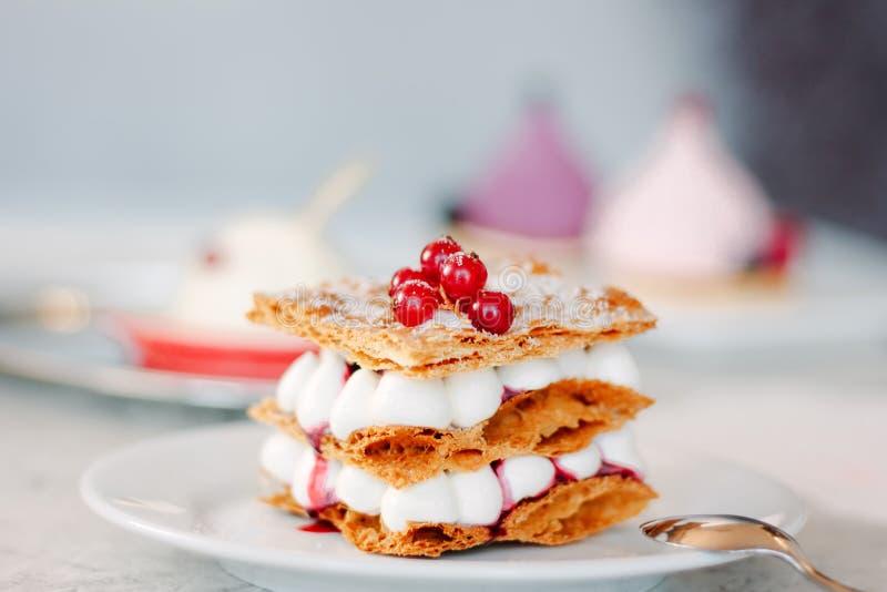 Płatowaty kremowy deser Millefeuille z waniliowymi kremowymi i czerwonymi jagodami obrazy royalty free