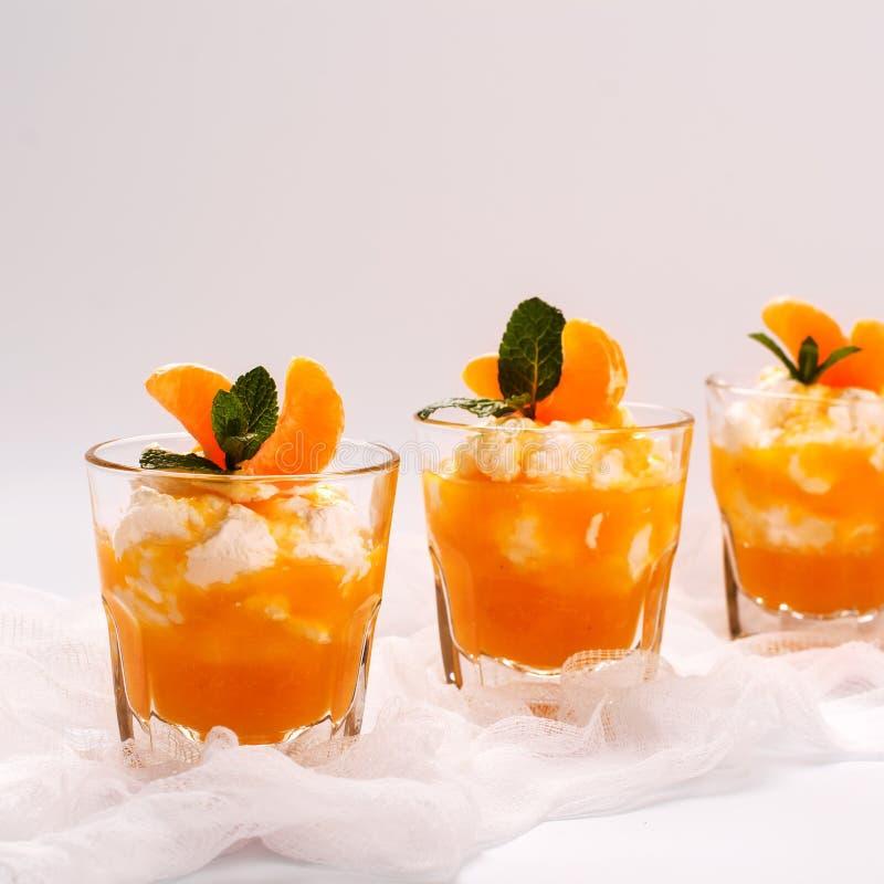 Płatowaty panny cotta z batożącym śmietanki i tangerine kumberlandem zdjęcia stock