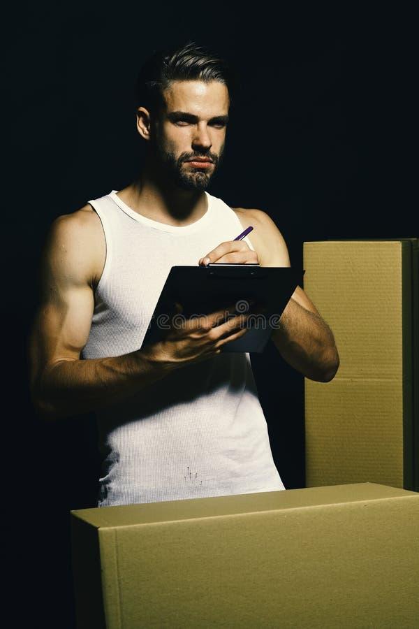 Płciowość i poruszający pojęcie Deliveryman z mięśniowymi rękami obrazy stock