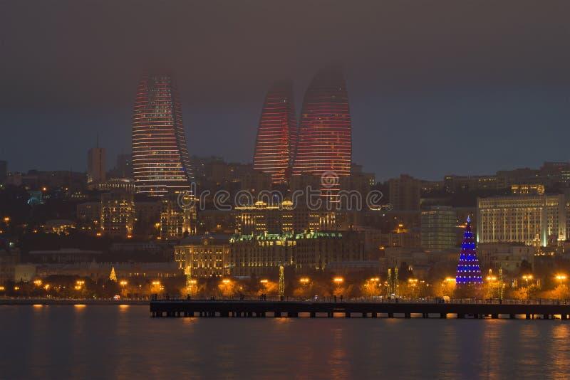 Płomień Góruje w mgłowym Stycznia zmierzchu, Baku zdjęcie royalty free