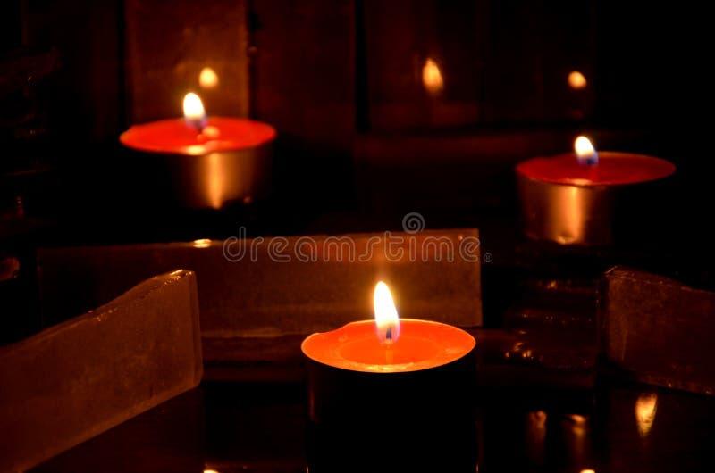 Płomień ogienie od świeczki może i odbicie obraz royalty free