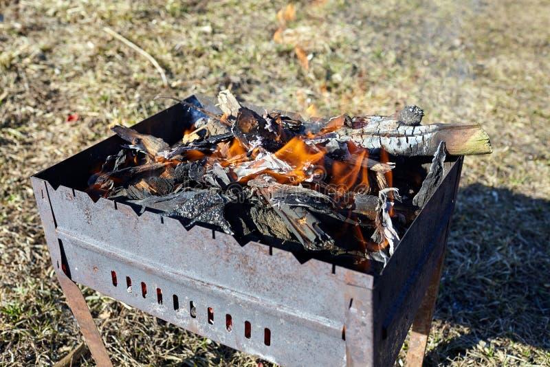 płomień Stary metalu brązownik z płonącym drewnem i węglami zdjęcia stock