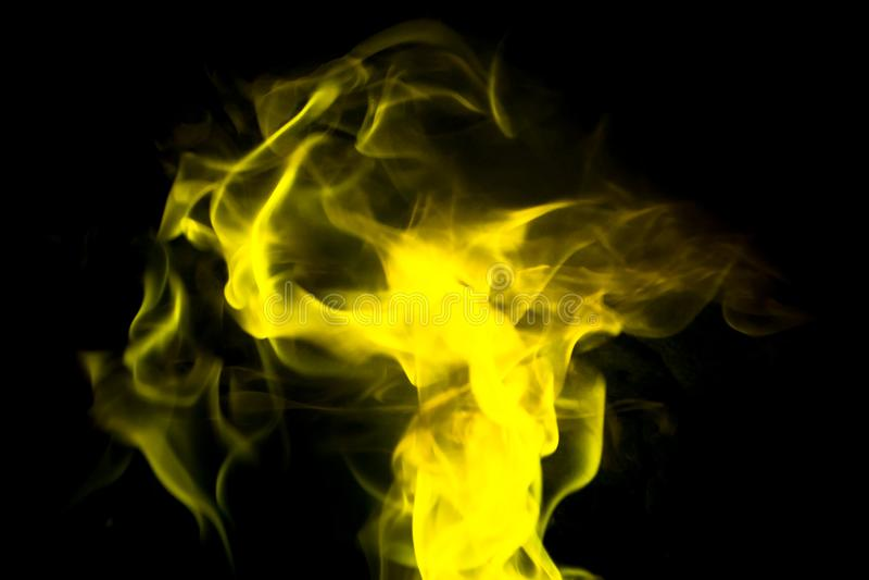 Płomienia taniec w żółtym kolorze Czarny tło obraz stock