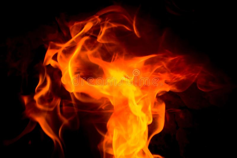 Płomienia taniec w czerwieni i żółtym kolorze Czarny tło fotografia stock