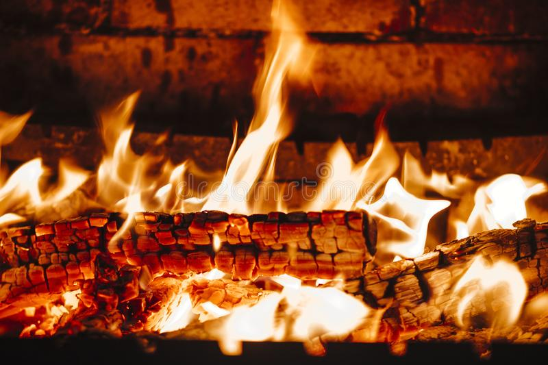 Płomienie i węgle w grabie fotografia royalty free