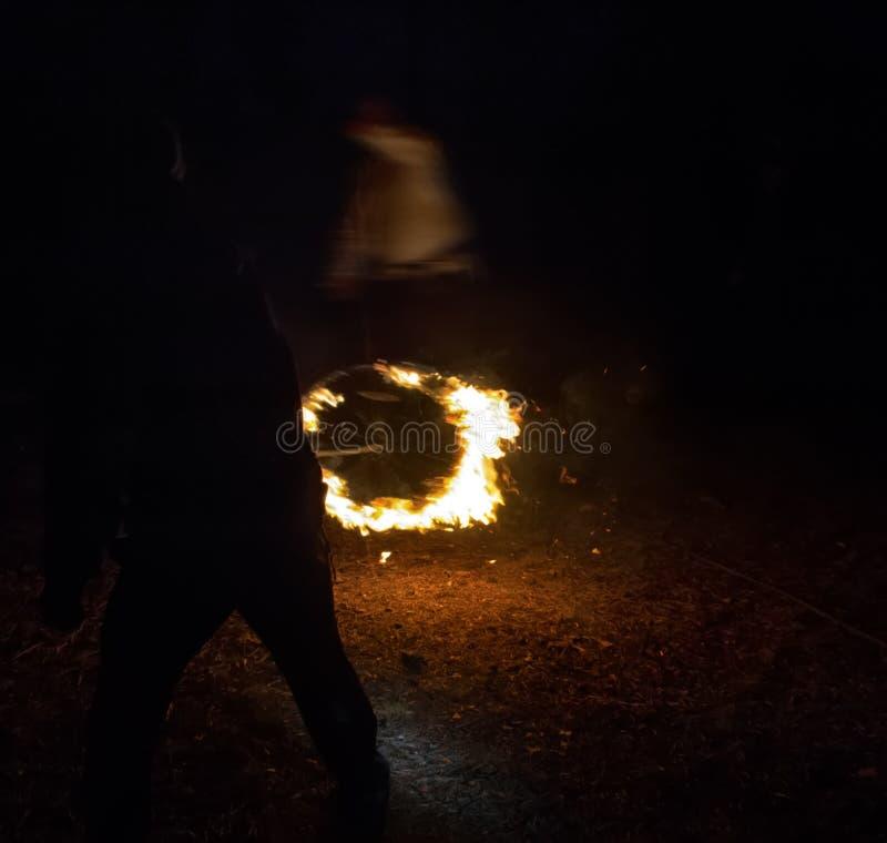 Płomienna korona przy nocą jako poganin i sataniczny rytuał zdjęcie stock