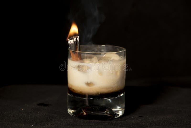 Płomienny Cynamonowy koktajl z kahlua, baileys irlandzką śmietanką i sambuca, obraz stock