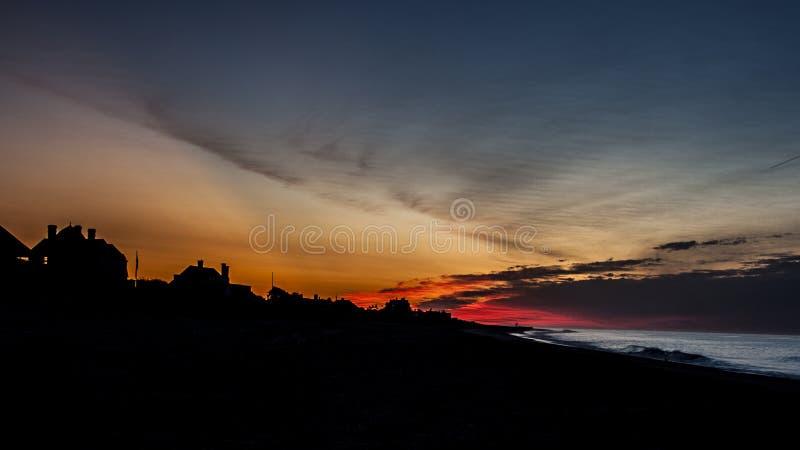 Płonąć wschód słońca Nad plażą W Hamptons, NY obraz stock