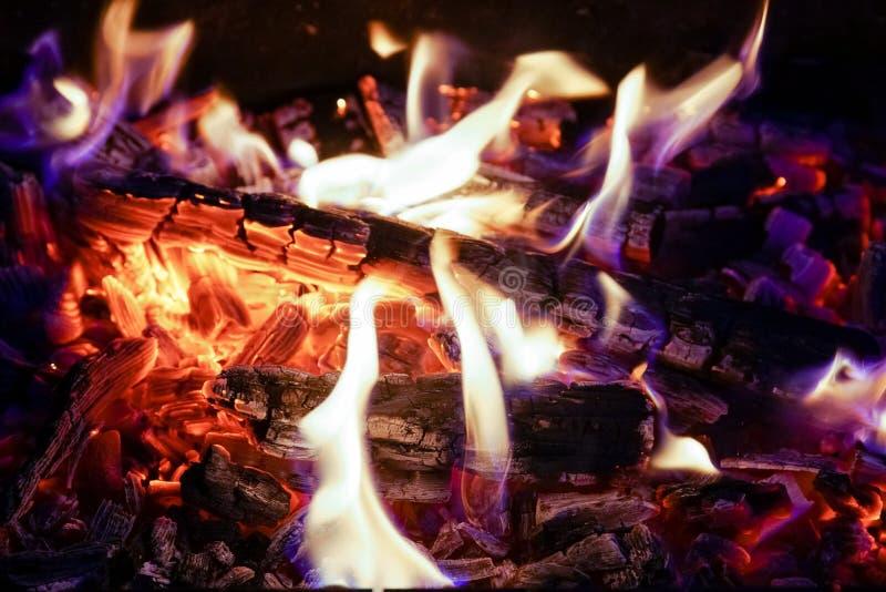 Płonąca łupka w graby zakończeniu up, BBQ ogień, węgla drzewnego tło obraz royalty free